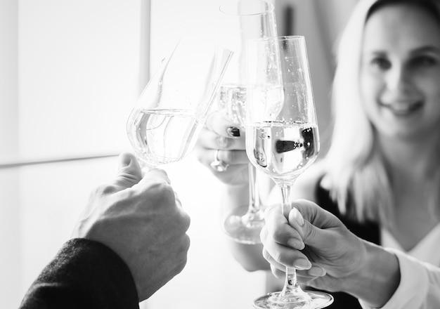 Gros plan, de, gens, s'accrocher, verres vin