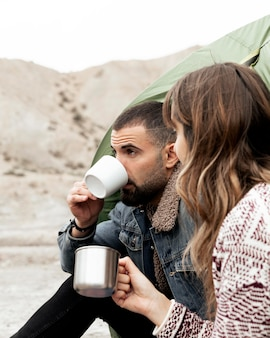 Gros plan des gens avec des tasses à café