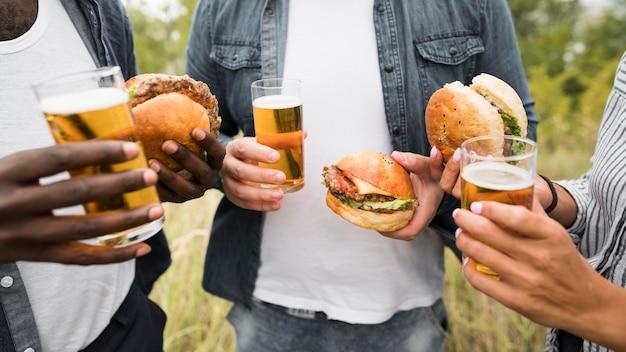 Gros plan, gens, tenue, hamburgers