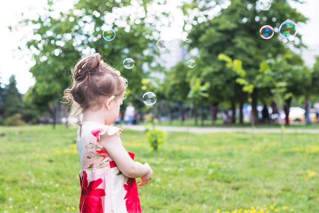 Gros plan, de, girl, debout, dans parc, à, bulles