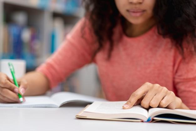 Gros plan, girl, étudier, bibliothèque