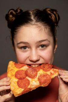 Gros plan, girl, manger pizza