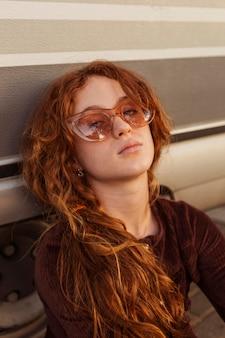 Gros plan, girl, poser, à, lunettes soleil