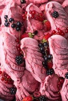 Gros plan d'une glace appétissante aux fruits rouges, macrophotographie
