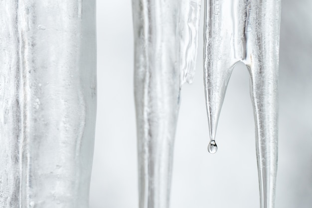 Gros plan, de, glace fondre, transparent, sur, a, jour printemps, eau, gouttes, pointe
