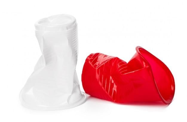 Gros plan de gobelets en plastique pour boissons sur blanc