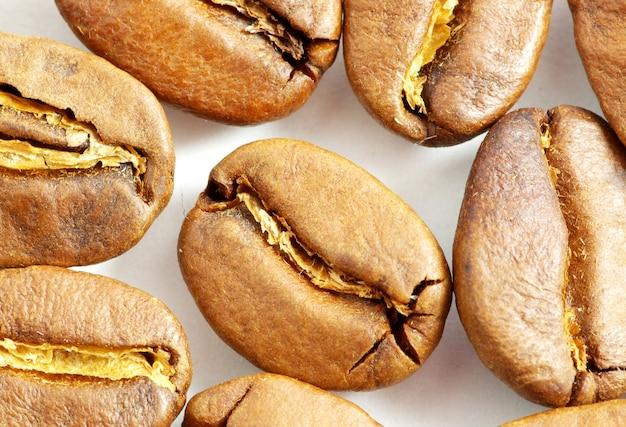 Gros plan des grains de café aromatiques