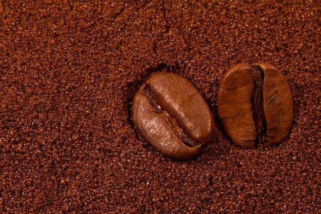 Gros plan des grains de café en arrière-plan