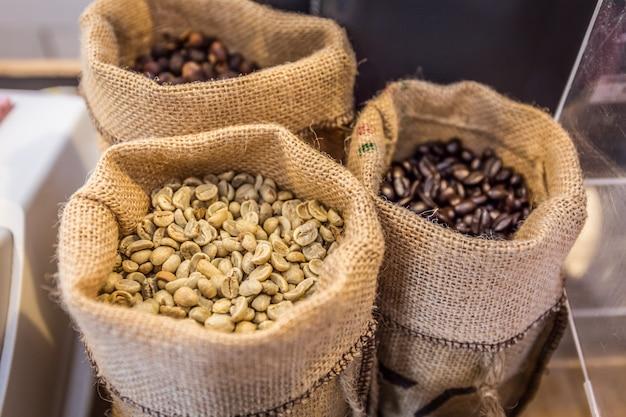 Gros plan de grains de café blancs avec fond de sac gunny