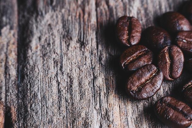 Gros plan de grains de café sur bois.