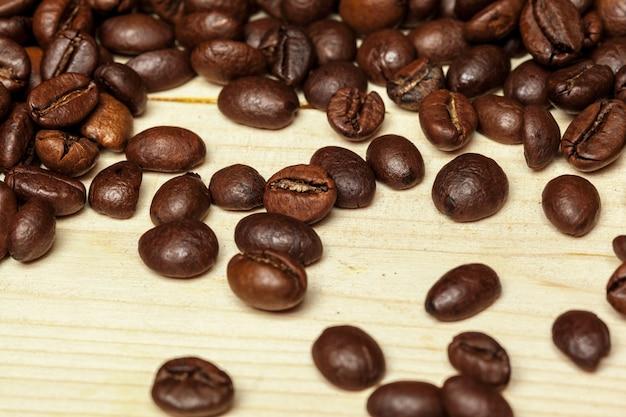 Gros plan de grains de café sur un bois