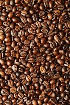 Gros plan de grains de café brun