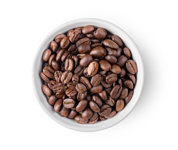 Gros plan sur les grains de café dans un bol blanc isolé
