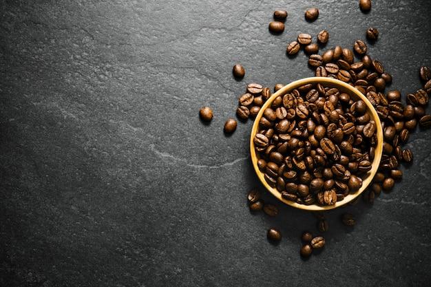 Gros plan de grains de café dans un bol