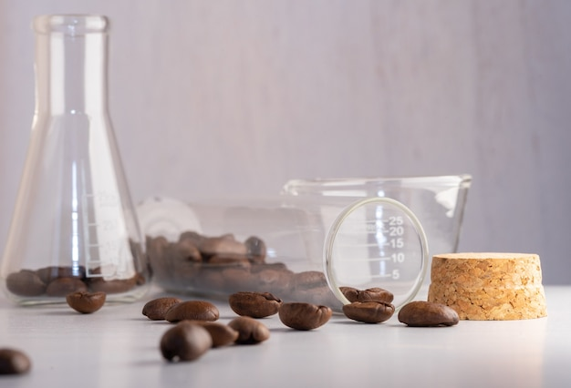 Gros plan de grains de café dans la verrerie de laboratoire testée