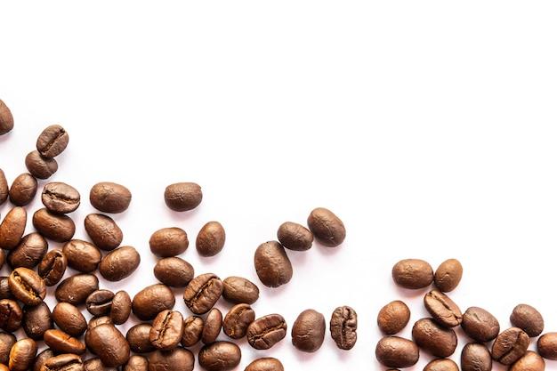 Gros plan des grains de café sur fond blanc