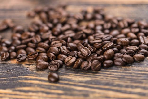 Gros plan de grains de café sur fond en bois de grunge