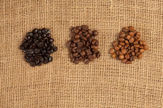 Gros plan sur les grains de café sur fond de toile de jute
