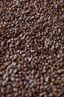 Gros plan sur les grains de café prêts à être moulus en café