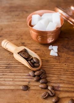 Gros plan, grains de café torréfiés avec du sucre