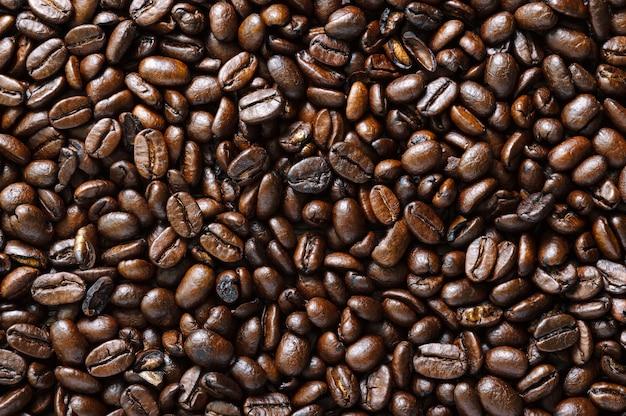Gros plan de grains de café torréfiés. fond de café. vue de dessus, mise à plat.