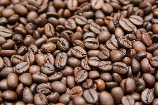 Gros plan de grains de café torréfiés