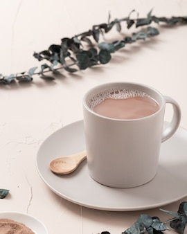 Gros plan d'un grand angle de tir d'une tasse de café et quelques décorations sur tableau blanc
