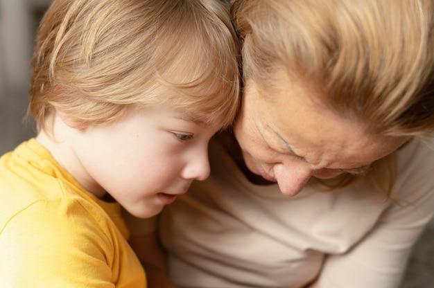 Gros plan grand-mère et petit-fils