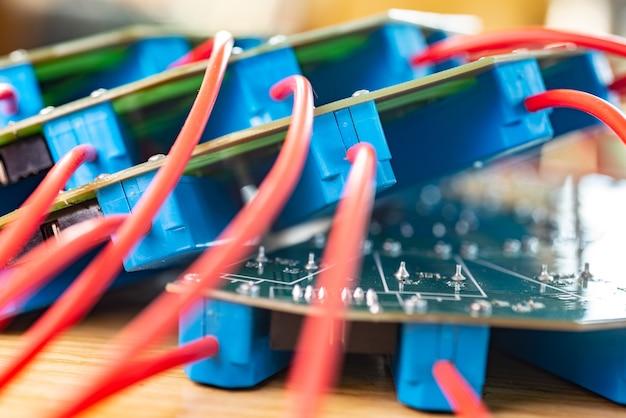 Gros plan sur un grand microcircuit vert avec des composants bleus