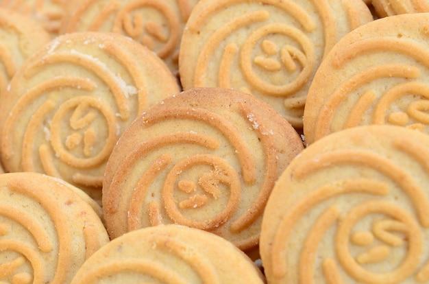 Gros plan d'un grand nombre de biscuits ronds fourrés à la noix de coco
