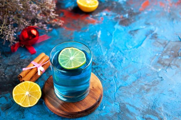 Gros plan sur un grand verre de délicieux cocktail