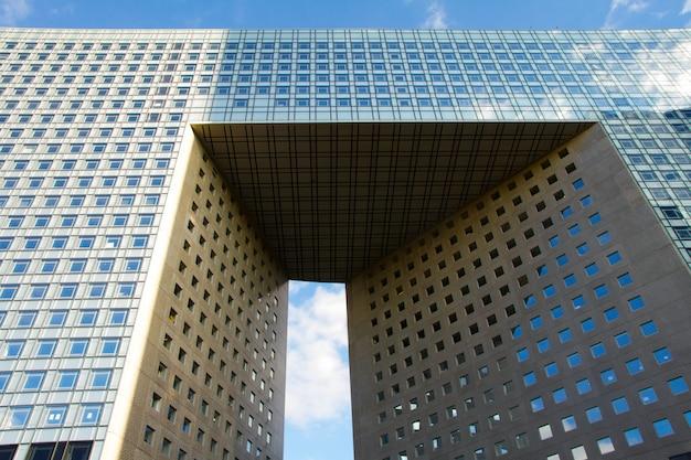 Gros plan de la grande arche dans le quartier des affaires de la défense à paris