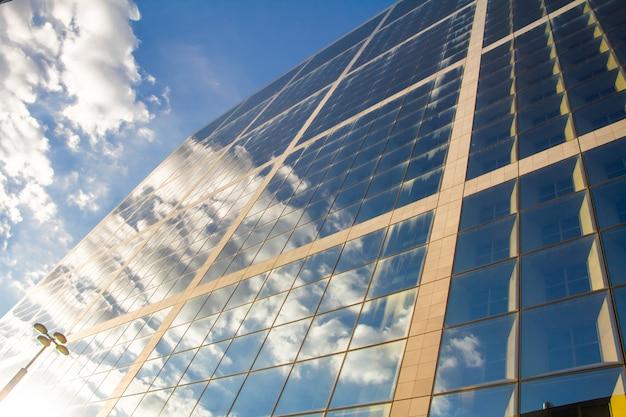 Gros plan de la grande arche et reflet du ciel nuageux