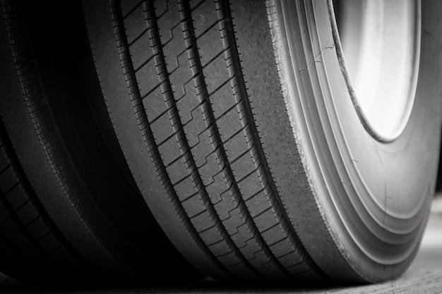 Gros plan d'un gros pneus de camion