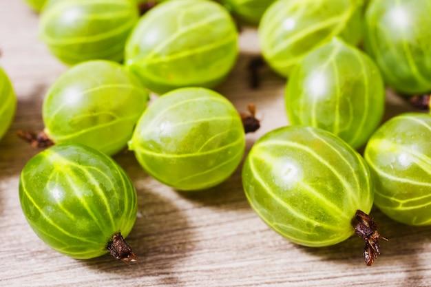 Gros plan de groseille mûre. des aliments sains riches en vitamines. baies savoureuses d'été.