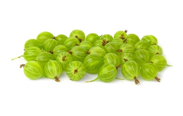 Gros plan de groseille verte isolée sur blanc