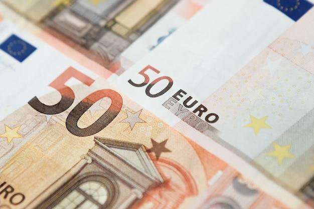 Gros plan d'un groupe de cinquante billets en euros