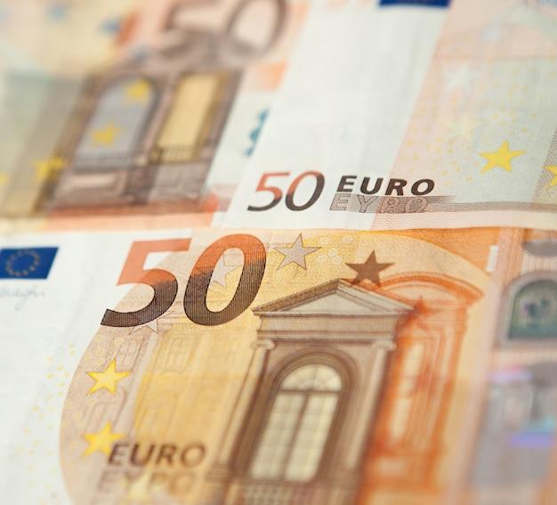 Gros plan d'un groupe de cinquante euros fond de billets.