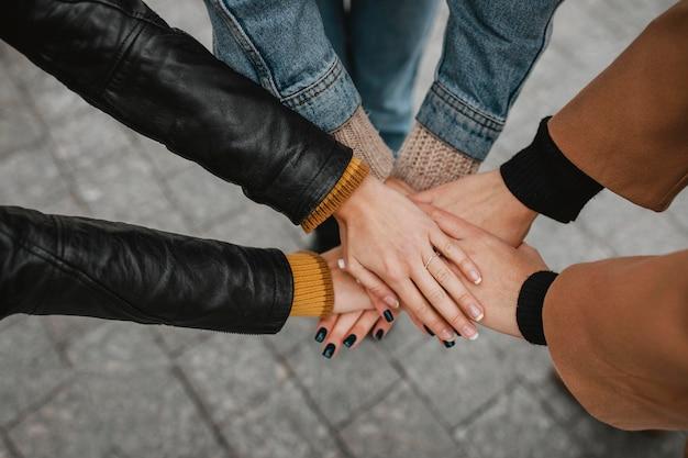 Gros plan, groupe, de, filles, toucher, mains