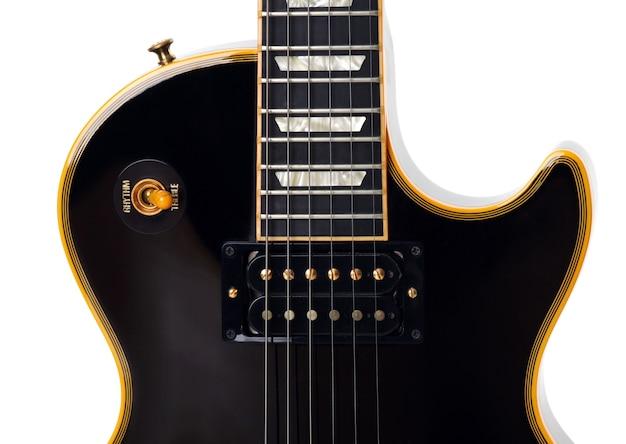 Gros plan de guitare électrique sur blanc