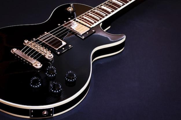 Gros plan de guitare électrique sur dark