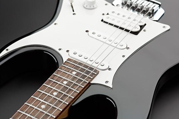 Gros plan de guitare électrique, fond noir, personne