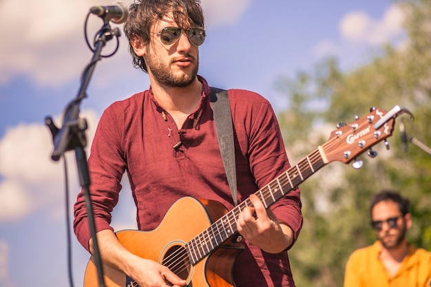 Gros plan d'un guitariste jouant de son instrument lors d'un concert