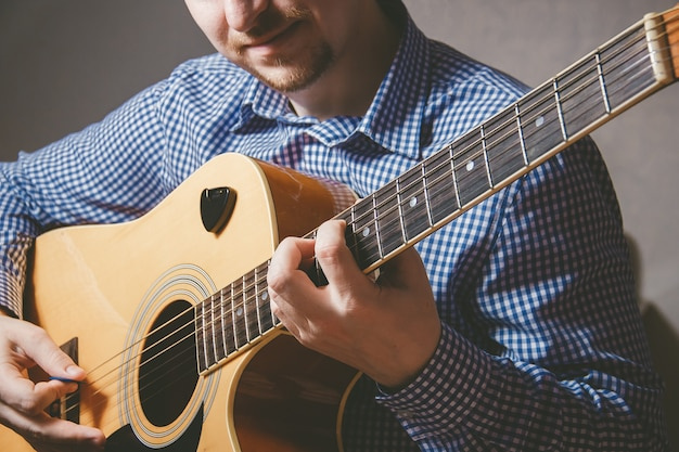 Gros plan, guitariste, main, jouer, guitare
