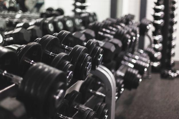 Gros plan, de, haltères, arrangé, a, rangée, à, centre de fitness