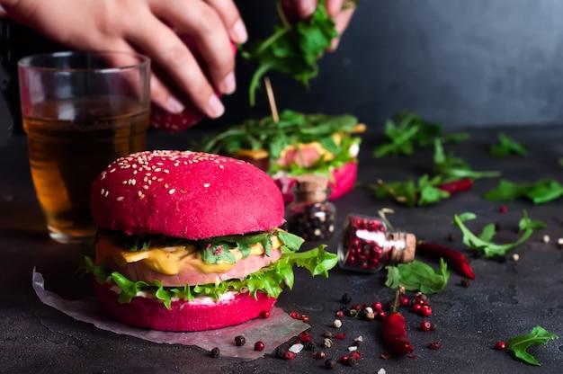 Gros plan de hamburgers faits maison avec de la laitue et des saucisses