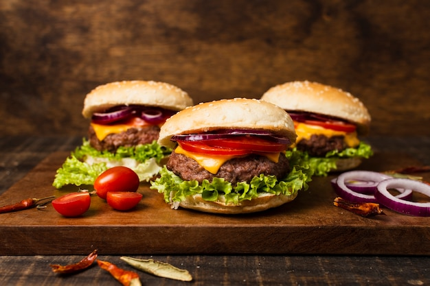 Gros plan, de, hamburgers, sur, plateau bois
