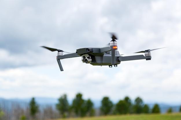 Gros plan de l'hélicoptère drone avec une caméra