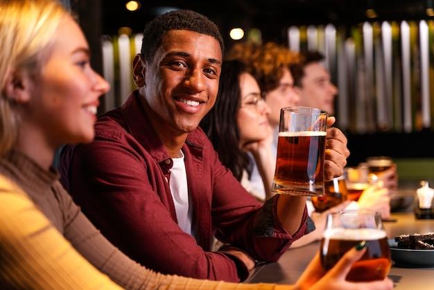 Gros plan, heureux, amis, à, bière