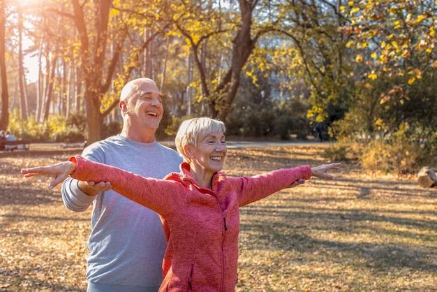 Gros plan d'un heureux couple caucasien souriant s'amusant dans la nature par une journée ensoleillée d'automne